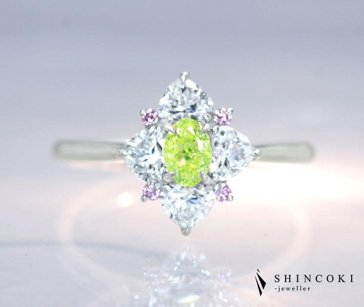 【HANDMADE】PT950 天然グリーンイエローダイヤモンド 0.30ct FANCY INTENSE GREEN YELLOW VS-1 天然ピンクダイヤモンド 0.038ct ダイヤモンド 0.744ct ハートシェイプ リング[GIA]